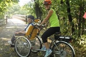 Les cyclistes se portent volontaires pour donner des promenades aux personnes en fauteuils roulants