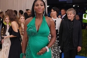 Serena Williams makes stunning appearance at the Met Gala, boasting her BABY BUMP (photos, video)