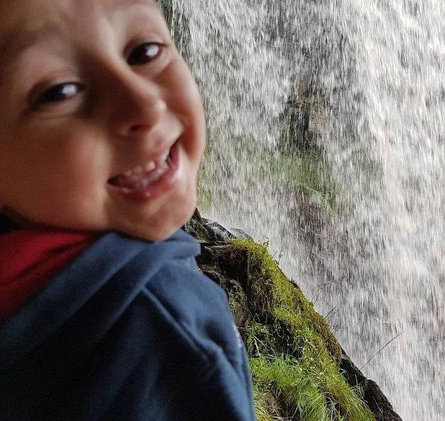 """""""Descansa en paz mi pequeño ángel, papi te ama mucho"""". Padre a su hijo de cuatro años de edad que murió en una piscina"""