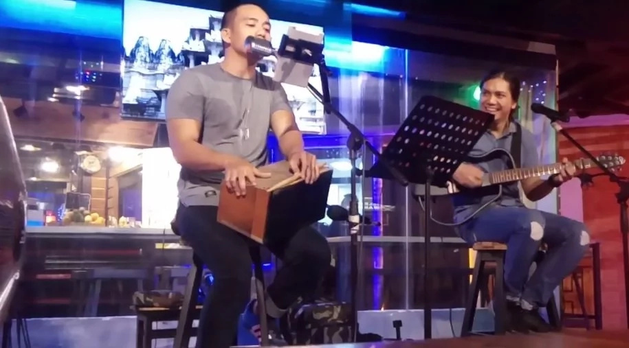 Nakakadagdag daw ng galing ang pagiging pogi? Handsome Pinoy performer serenades crowd with song number