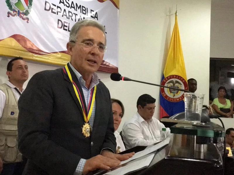 Uribe rechaza la invitación al diálogo realizada por Santos