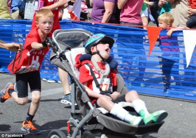 Este increíble muchacho corrió un triatlón con su hermano a cuestas