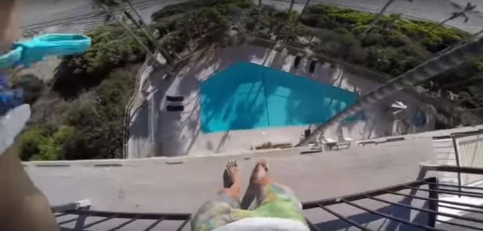 Video extremo muestra a joven saltando a una piscina desde el cuarto piso