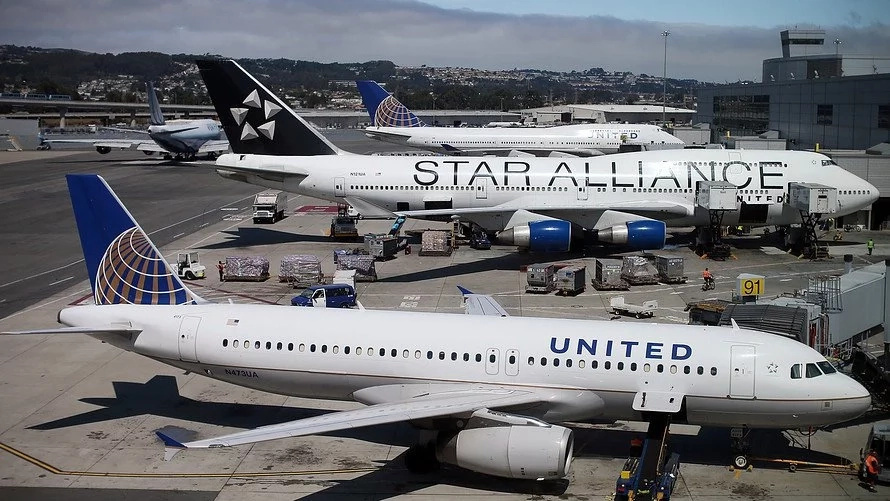 Airlines that banned 2 girls from boarding flight for wearing LEGGINGS roasted