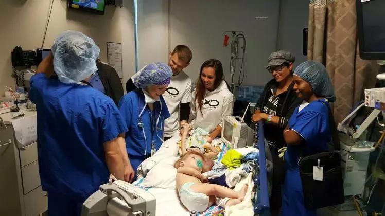 Siameses abren los ojos al mismo tiempo después de una cirugía para separarlos