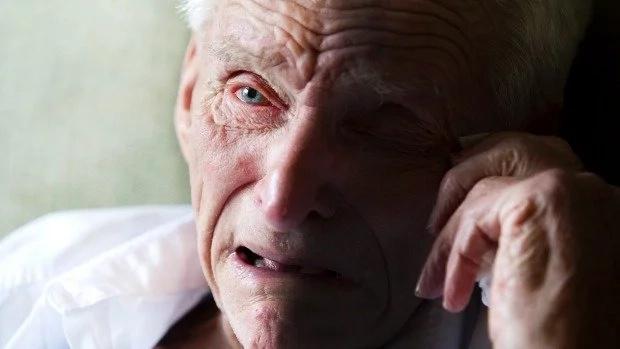 """Un papa de 85 ans témoigne de la trahison de sa fille: """"Je n'ai jamais pensé qu'elle le ferait un jour"""""""
