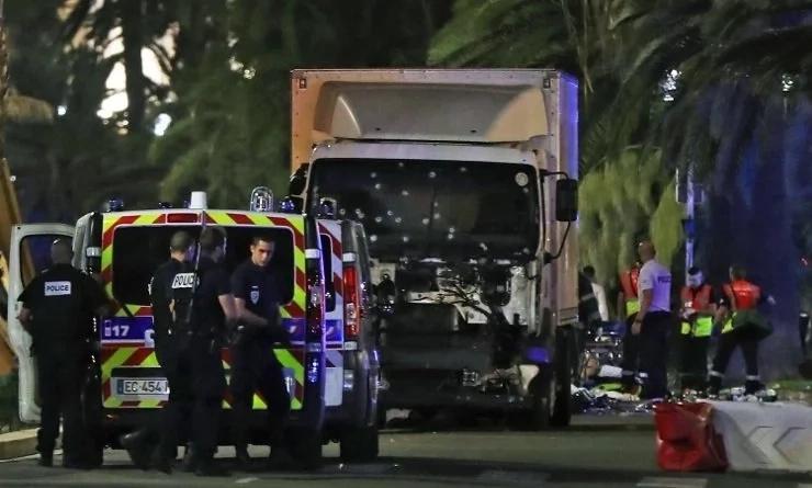 Al menos 77 muertos en Francia, un camión atropelló a una multitud