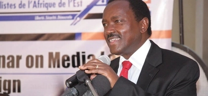 Kenyans laugh at Kalonzo after he was caught looking at a pretty girl 'lustfully'(Photos)