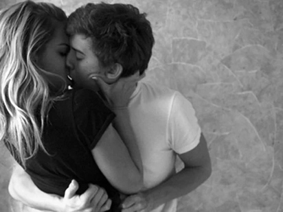 5 awesome reasons why you should kiss your partner every day