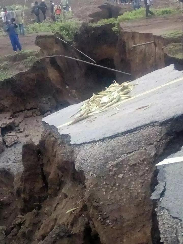 Kipande kikubwa cha barabara ya Nairobi kwenda Narok chasombwa na mafuriko, wasafiri waombwa kupitia kwingine