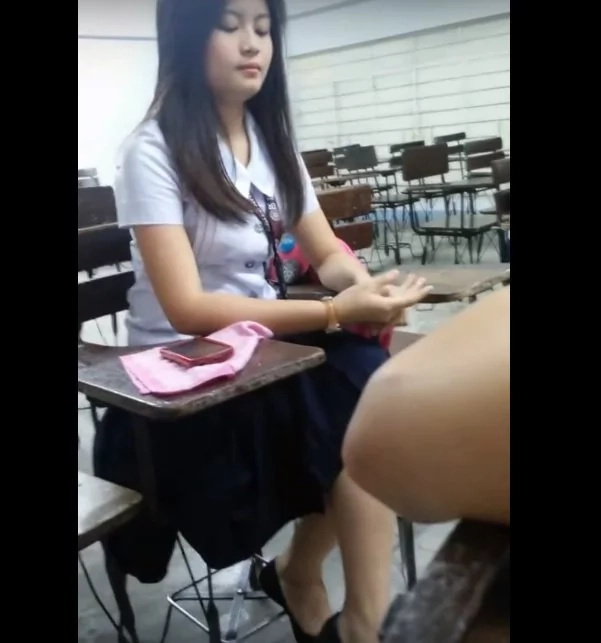 Pinay entertains classmates and netizens with powerful vocals in viral video