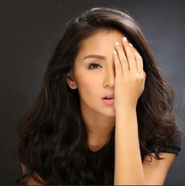 Kathryn Bernardo Apparently Annoyed by Security Marshals for Blocking Her Fans