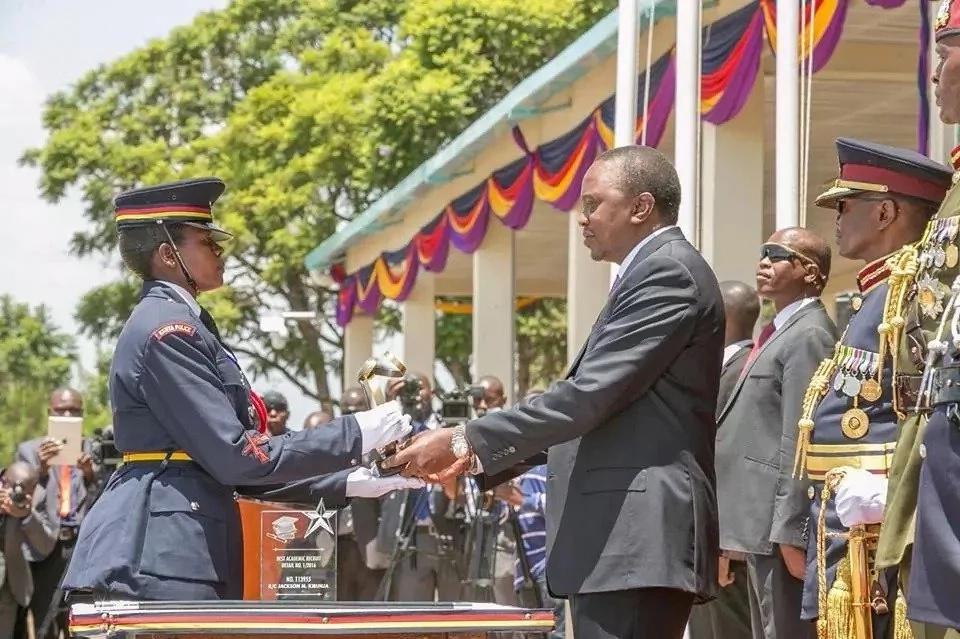Rais Uhuru akimtuza polisi