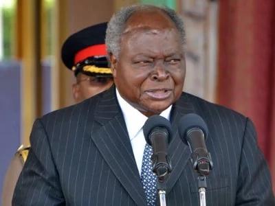 Maswali yaibuka kuhusu MWANAMKE aliyeandamana na Kibaki katika mazishi ya Gachagua (picha)