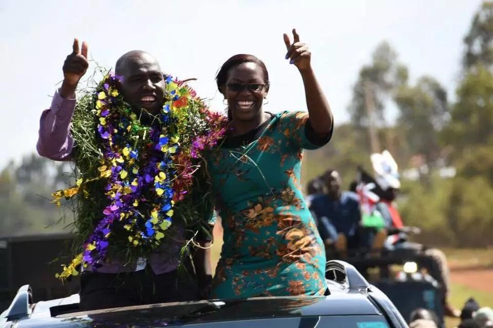 Murkomen amtambulisha mkewe MREMBO kupindukia siku chache baada ya kukiri kummezea mate seneta wa Jubilee