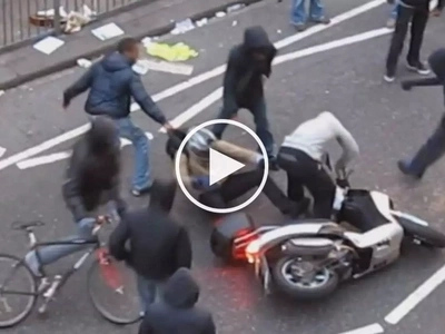 Ginulpi ang snatcher! Vigilant citizens brutally beat up sneaky thief on motorcycle