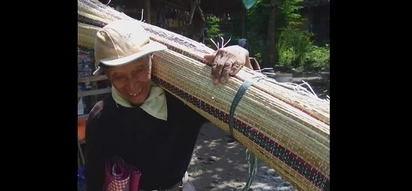 The face of hard work: this old man walks 50 kilometers every day to sell mats!