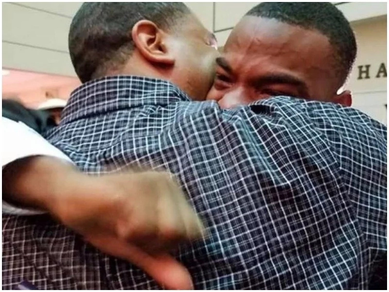 Touching moment how father embracing his boy after he graduates (photos)