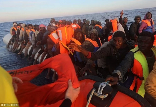 Miracle as 4-day-old baby is among 500 migrants rescued at sea (photos)