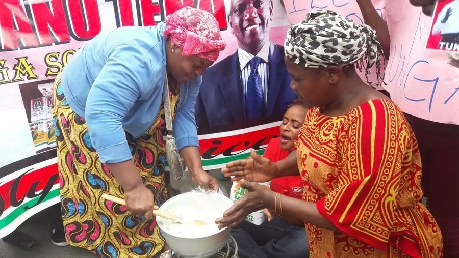 Drama as Kenyans cook outside Uhuru's office