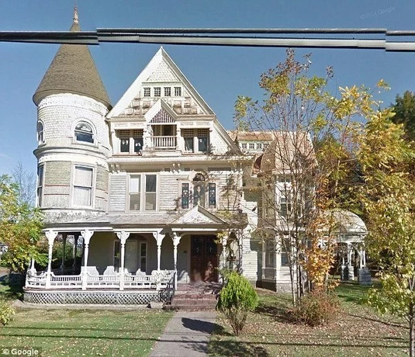 Nobody Wants To Buy This 19th-Century Queen Anne's Property. The Price Of the Old Mansion Has Gone Down Extremely Low But No One Seems Interested.