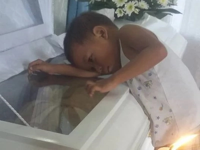 Grab your tissues! Photos of child embracing mom inside coffin will make you cry