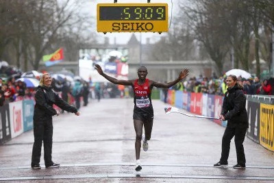 Kamworor defeats Mo Farah despite falling and getting trampled