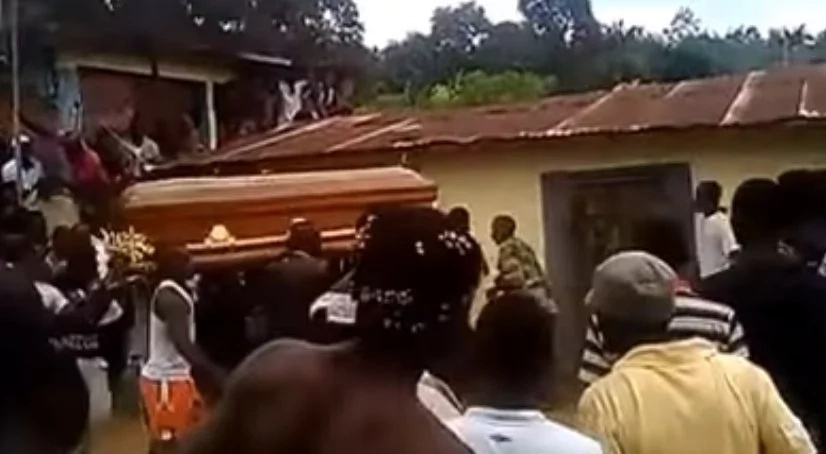 This dead person refused to be buried, making the carriers of his casket walk back and forth (video)