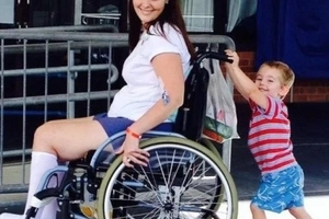 Joven madre termina en silla de ruedas por usar brocha de maquillaje de una amiga