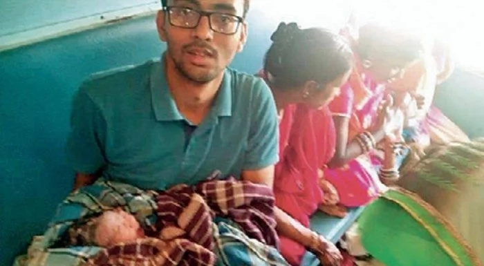 Interning student, 24, helps pregnant woman give birth to baby on train using WHATSAPP (photos)