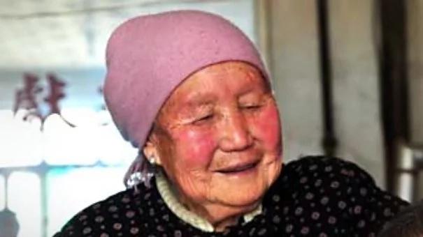 Suegra de 94 años ha cuidado de su nuera parcialmente paralizada por más de 3 décadas