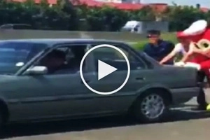 Bida ang saya! Heroic Jollibee mascot pushes car along highway to help motorist in need