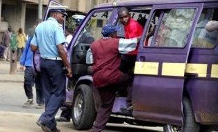 Polisi wa trafiki ajipata pabaya baada ya kushambuliwa na abiria (Video)