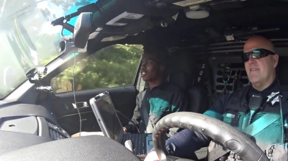 Police raise KSh3.800.000 to buy car for teen who walks 5 HOURS to work everyday (photos, video)
