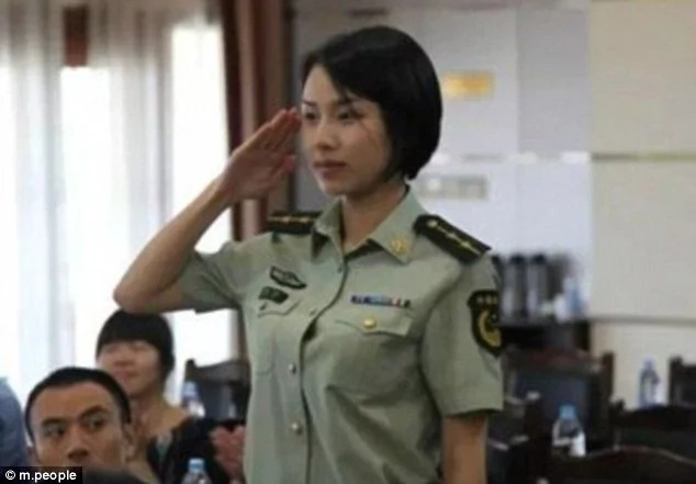 Is this Chinese soldier the most alluring bodyguard on the planet?