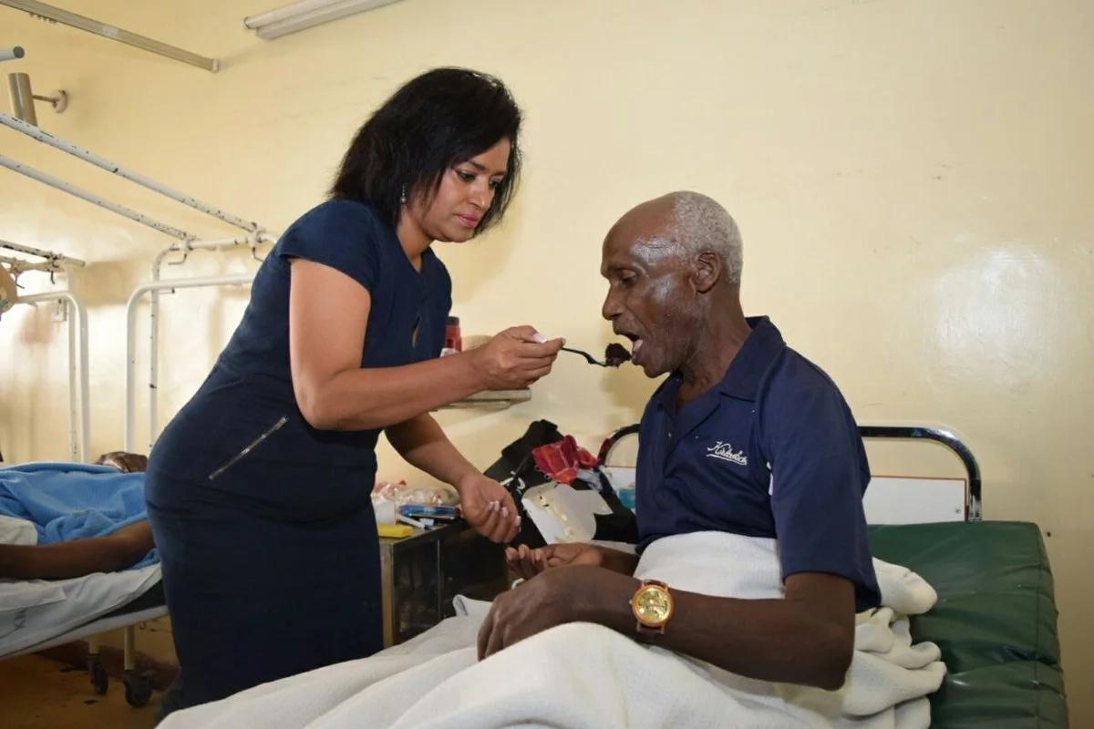 Esther Passaris asherehekea siku yake ya kuzaliwa akiwa na wagonjwa katika hospitali ya Kenyatta