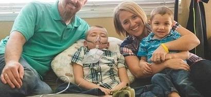 La última esperanza del niño de 3 años cuyo hermano murió de la misma enfermedad terminal