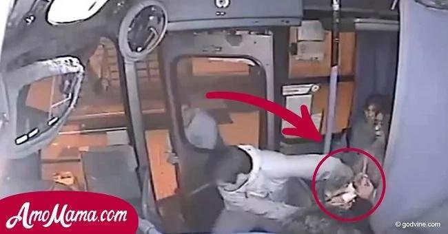 El hombre trató de robar el bolso del pasajero. Pero el conductor del autobús reaccionó rápidamente