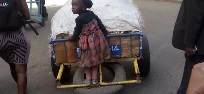 Mama aliyekuwa akiburura mkokoteni pamoja na bintiye 4 abubujikwa na machozi ya furaha kufuatia kitendo hiki