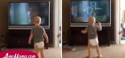 Lo que hace este bebé frente al televisor ha dejado a todos sorprendidos