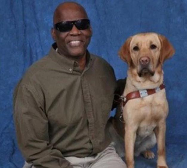 Un hombre ciego de 60 años se cae de la plataforma del tren, pero su perro guía milagrosamente le salva la vida (VIDEO)