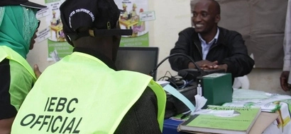 Police rescue IEBC officials from angry youth in Nairobi after they tried to transfer their names manually (video)