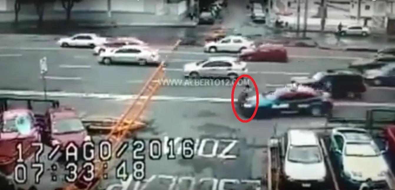 En video: patrulla atropella a una mujer y una niña en México