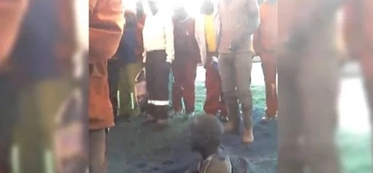 Locals catch thief, force him to dig his own grave and bury him ALIVE for 1 hour (photos, video)