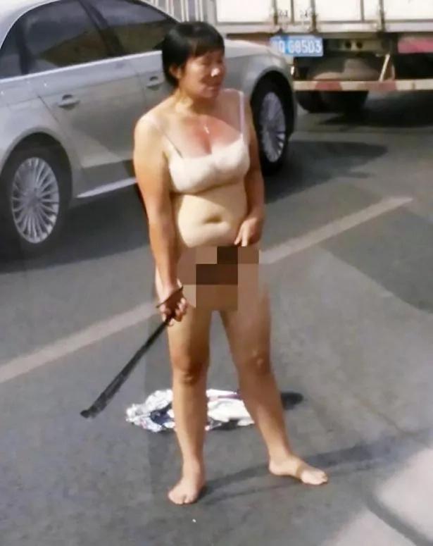 Mujer desnuda ataca a los carros en horas de la mañana