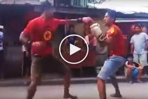 Careless Pinoy street fighter gets knocked out cold by his rival during boxing match