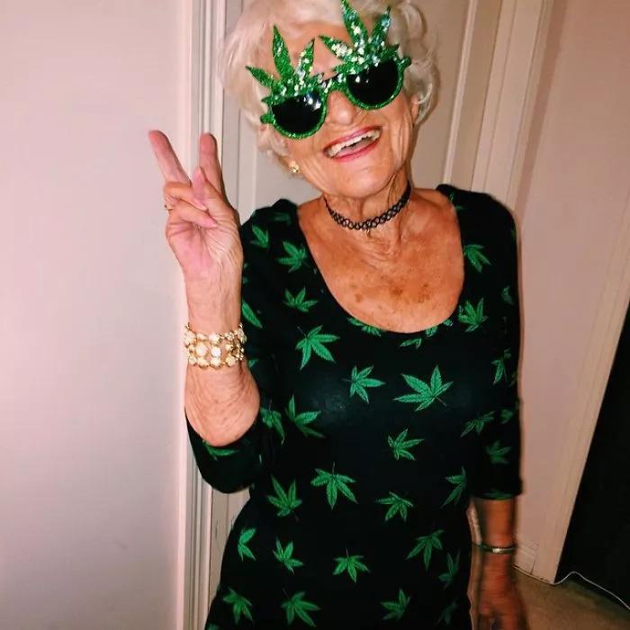 La abuela moderna de 86 años de edad, está más alocada