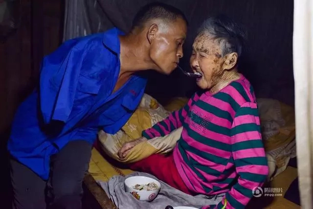 Picture of armless farmer cares for 91-year-old mother will restore your faith in humanity