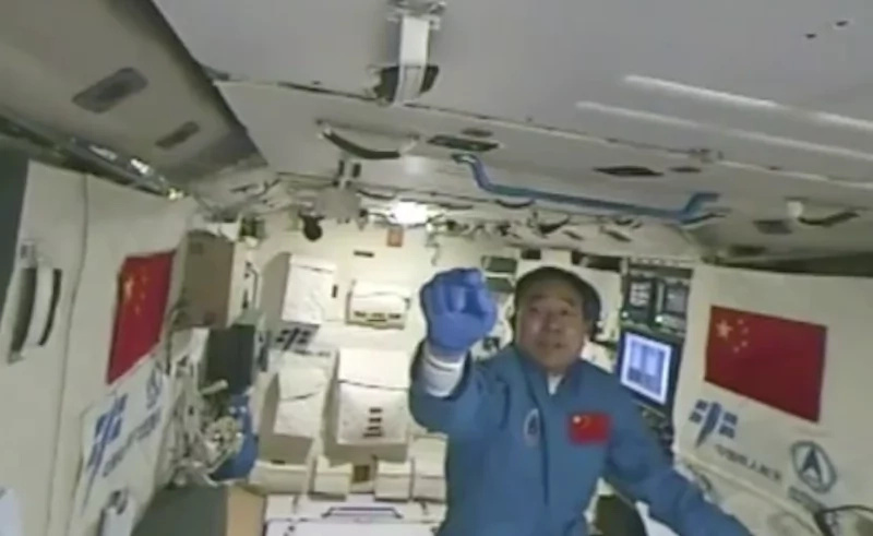 Netizens amazed at Chinese astronaut walking silkworm in space