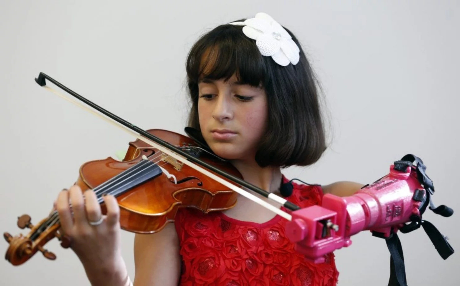 Touching! 10-year-old girl born without left hand wanted to play violin, then a miracle happened (photos)